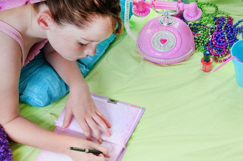 devojcica pise dnevnik