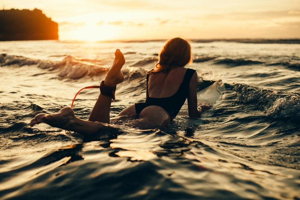 devojka na surf dasci u vodi