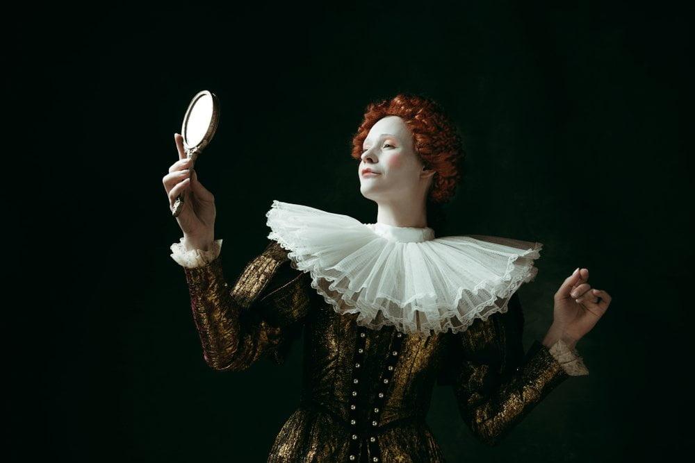 Glumica se gleda u ogledalu