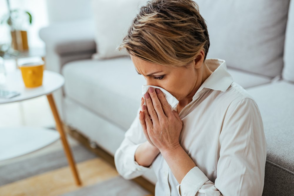 prehladjena zena brise nos