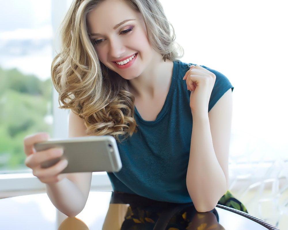 devojka gleda u smartphone