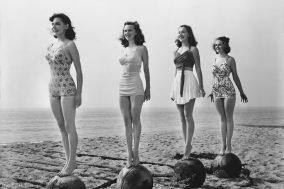 stara slika devojaka u kupacim kostimima