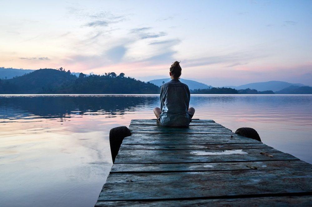 sedenje na doku na jezeru