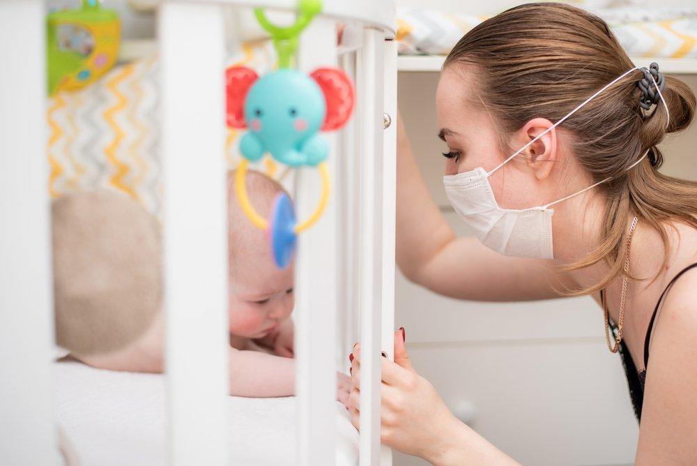 beba i mama sa maskom