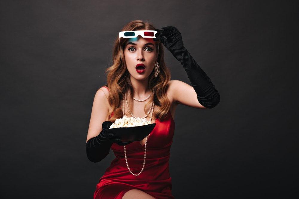 devojka u kostimu za bioskop