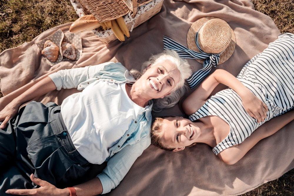baka i devojcica na pikniku