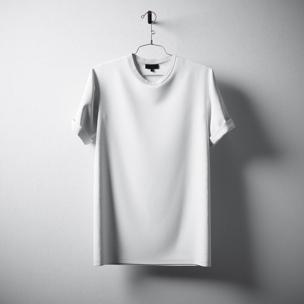 bela majica na ofingeru