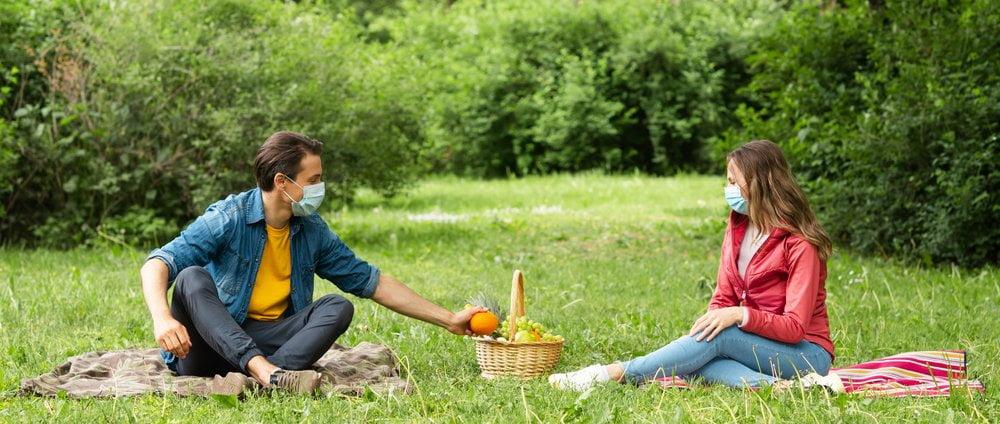 par na pikniku sa zastitnim maskama