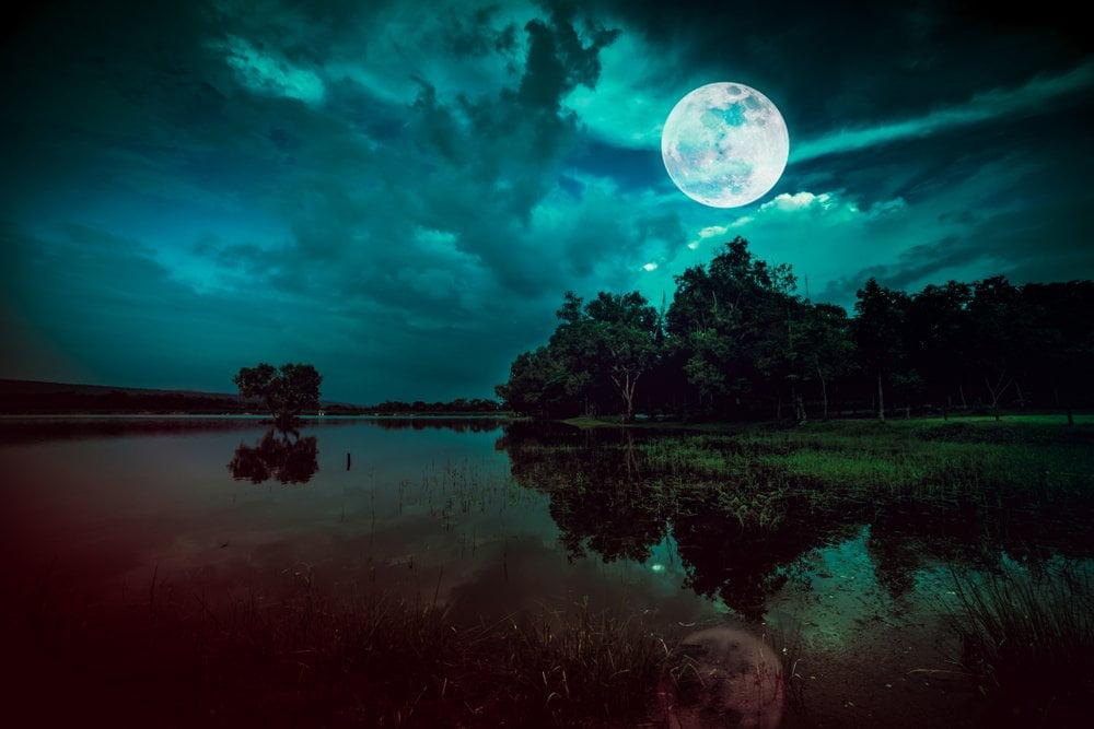 mesec iznad jezera