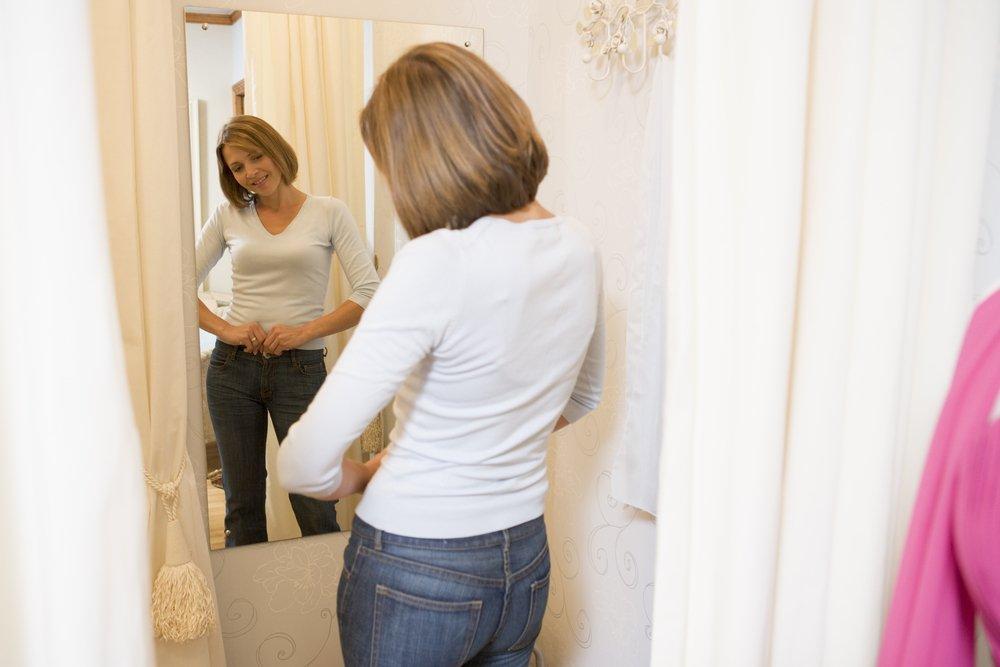 zena se gleda u ogledalu i razmislja o dijeti