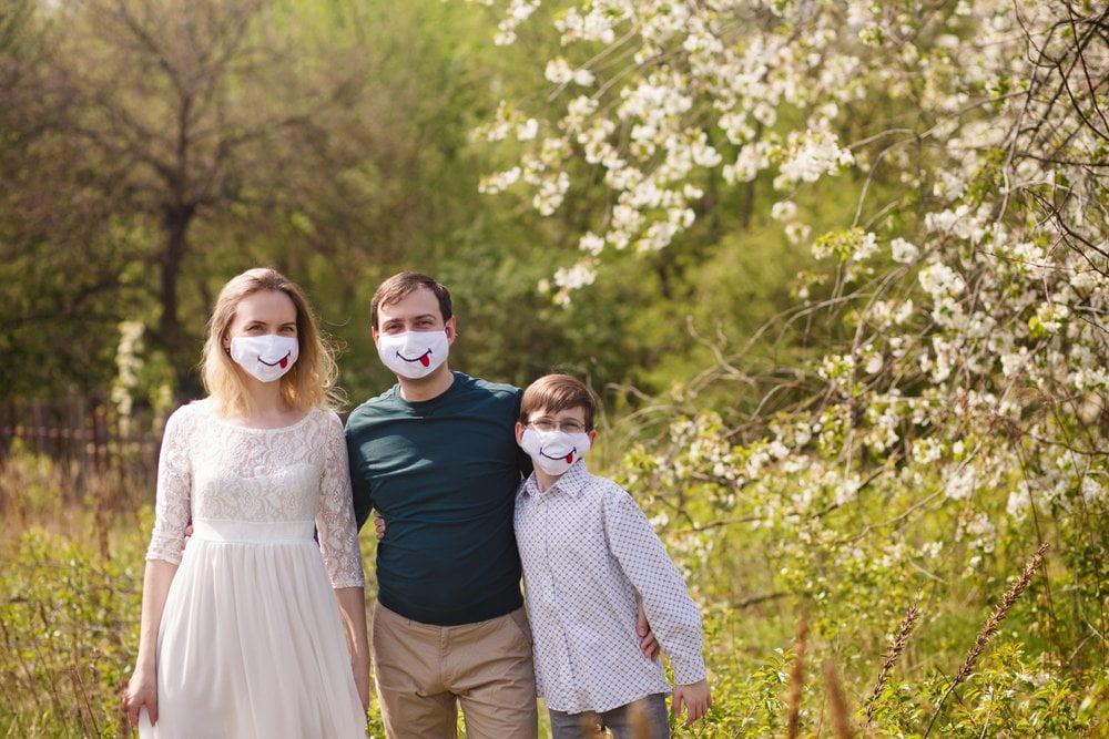 porodica sa maskama na licu