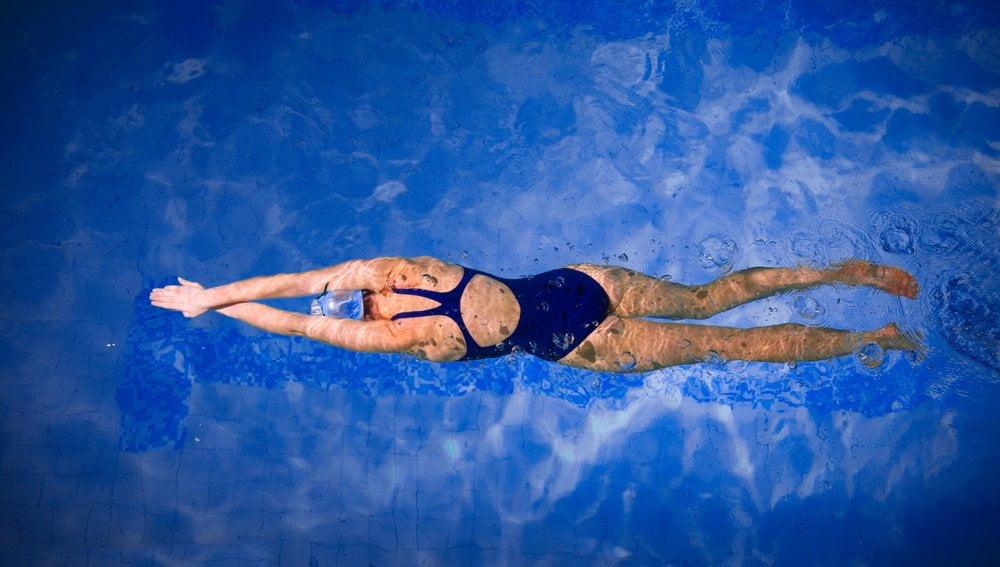 devojka pliva u bazenu