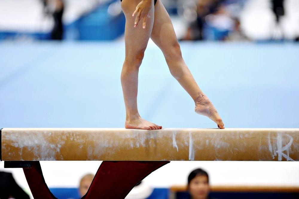 devojka na gredi - gimnasticarka