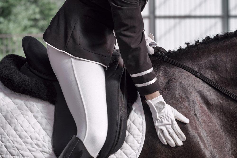 devojka jase konja - devojka u sedlu