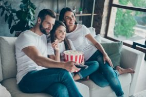 porodica u belim majicama gleda film
