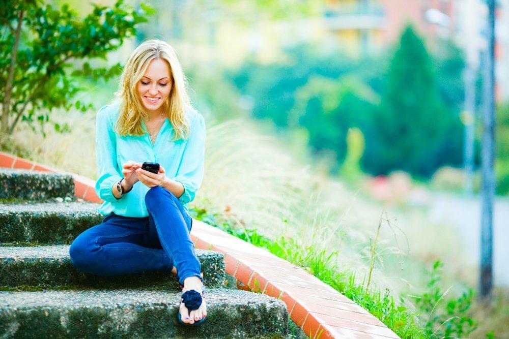 devojka na telefonu