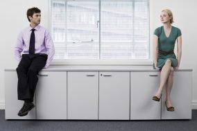 kolege i par - sede odvojeno u kancelariji