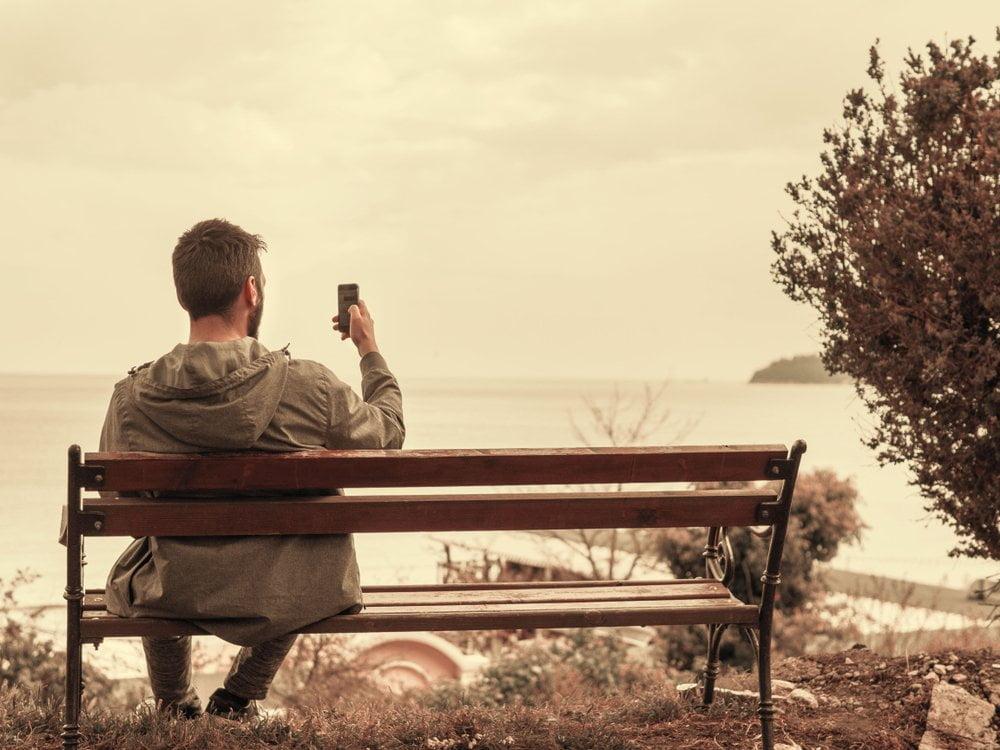 muskarac slika selfie na klupici