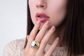 zena drzi nokte na usnama