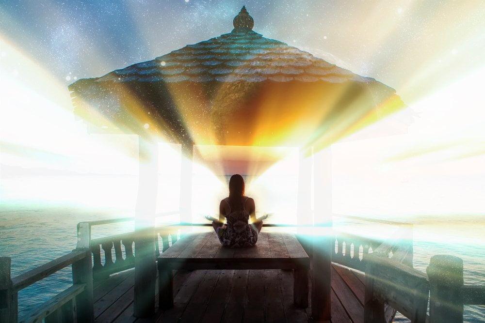 zena meditira i pronalazi svetlost