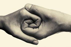 dve ruke koje se drze