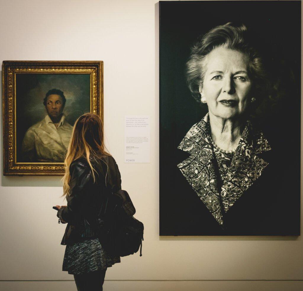 devojka gleda sliku margaret tacer u muzeju
