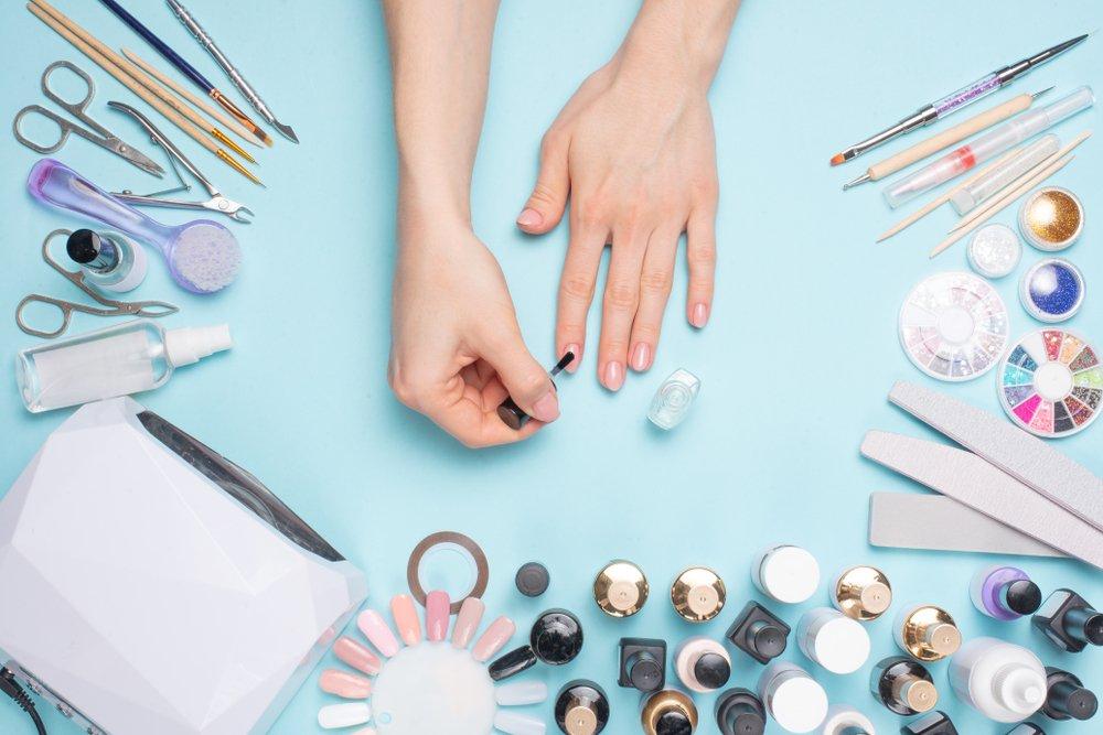 pribor za sredjivanje noktiju i lak
