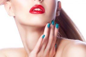 devojka sa crvenim ruzem na usnama