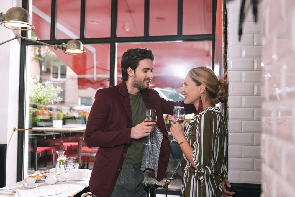 muskarac i zena ispijaju vino