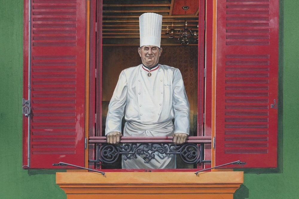 kuvar na prozoru
