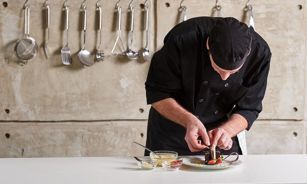 sef priprema hranu