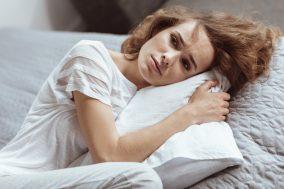 devojka na jastuku