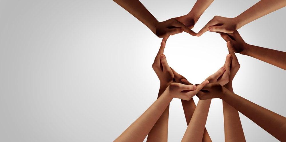 ruke koje formiraju srce