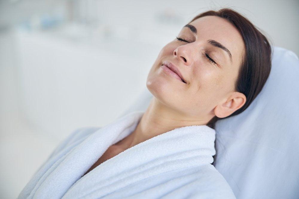 zena nasmejana na tretmanu lica