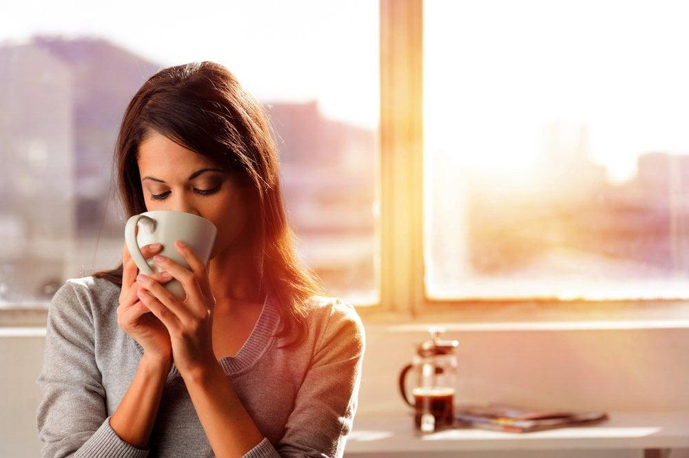 zena ispija kafu ujutru