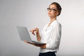 zena sa laptopom