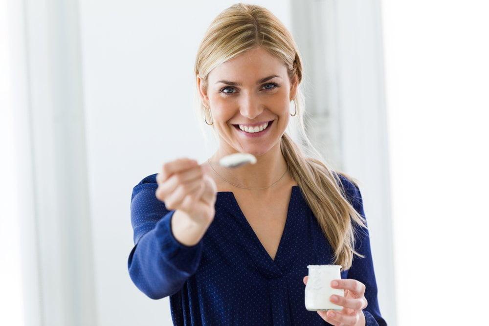 zena nudi jogurt