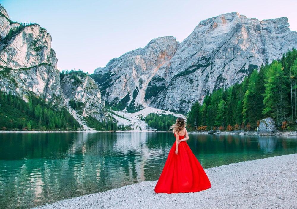 devojka u crvenoj haljini