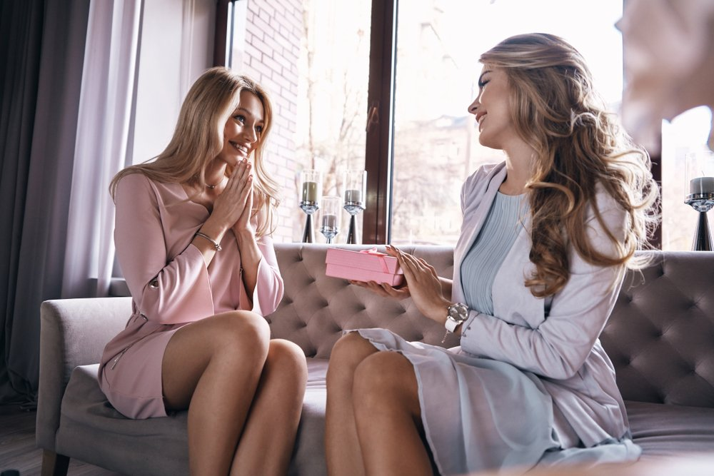 prijateljice daruju jedna drugu poklonima