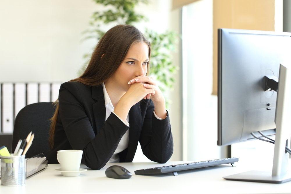 zena na kompjuteru