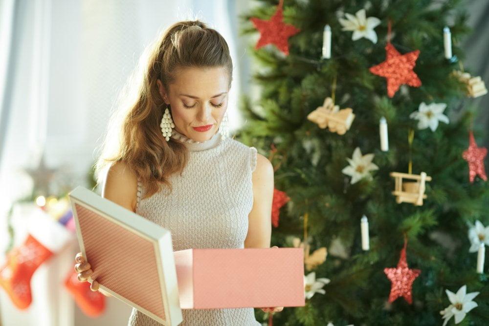 zena gleda poklone