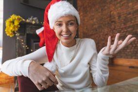 Žena sa kapom Deda Mraza