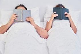 par čita knjige u krevetu