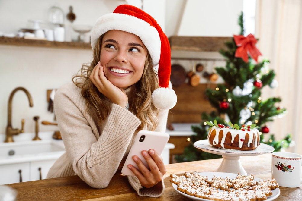 nasmejana devojka sa kapicom Deda Mraza