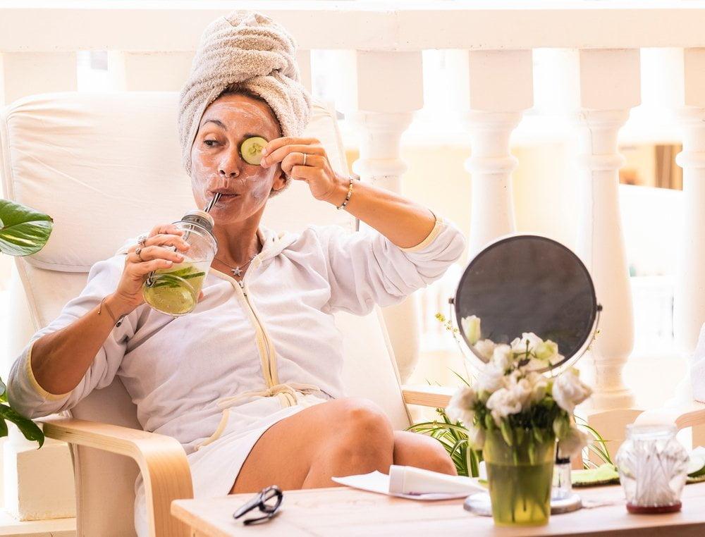 Žena uživa u spa tretmanu