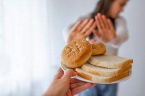devojka odmahuje rukom na ponudjen hleb
