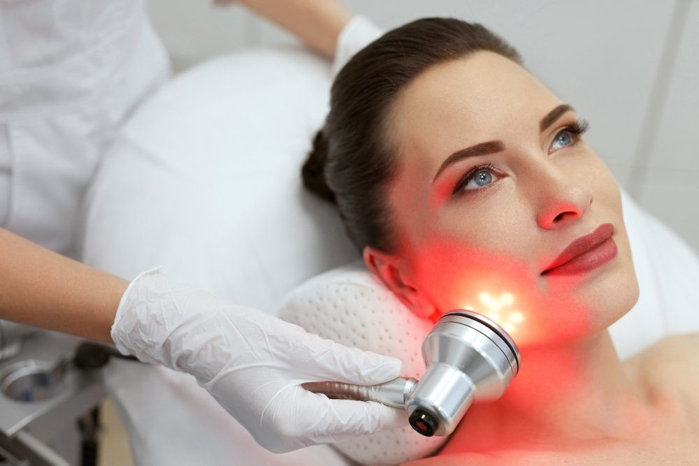 žena na tretmanu kože