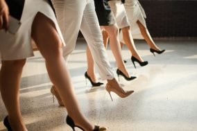 ženske noge na štiklama