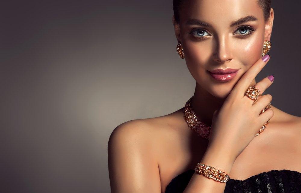 žena sa narukvicom i prstenom