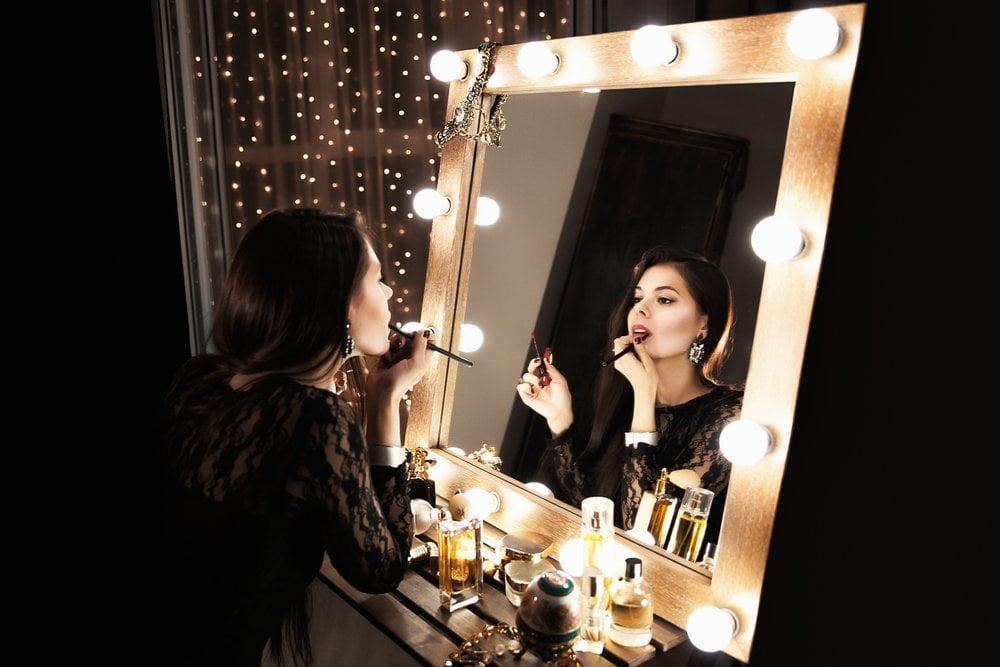 devojka se šminka